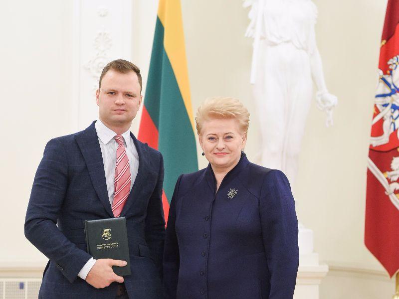 Lietuvos Respublikos Prezidentė Dalia Grybauskaitė apdovanoja 2015 metų Konstitucijos egzamino nugalėtoją JURISTAI24.LT teisininką Eugenijų Gaščenką